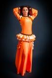 Ballerino che posa in costume arancio tradizionale Immagine Stock