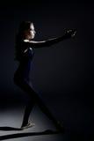 Ballerino classico dell'adolescente che si concentra durante la ripetizione immagini stock