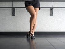 Ballerino con il piede smussato nella posizione di vangata di jazz Fotografia Stock Libera da Diritti
