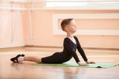 Ballerino del ragazzo che fa esercizio alla classe di balletto Fotografie Stock