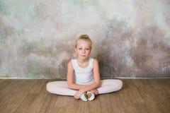 Ballerino della bambina che fa allungamento prima dell'esercizio Immagini Stock
