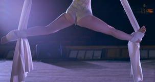 Ballerino della donna su seta aerea bianca, distorsione aerea archivi video
