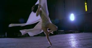 Ballerino della donna su seta aerea bianca, distorsione aerea stock footage
