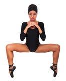Ballerino della donna sulla sua diffusione delle gambe delle dita del piede, isolata su fondo bianco Fotografia Stock