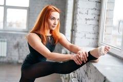 Ballerino della ragazza che fa allungamento vicino alla finestra Fotografie Stock
