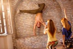 Ballerino della rottura che fa verticale sulle mani Fotografia Stock Libera da Diritti