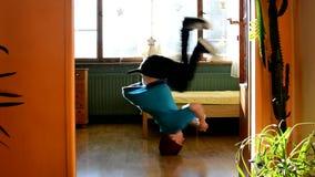 Ballerino della rottura dei giovani nella stanza stock footage
