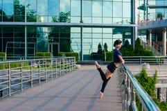 Ballerino di balletto in abbigliamento casual che sta sopra Fotografia Stock