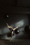 Ballerino di balletto aerato gli che mostra flessibilità Fotografie Stock Libere da Diritti