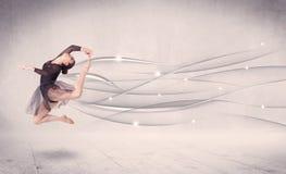 Ballerino di balletto che esegue danza moderna con le linee astratte Immagini Stock Libere da Diritti