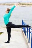 Ballerino di balletto che fa allungamento vicino al mare Immagini Stock