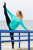 Ballerino di balletto che fa allungamento vicino al mare Fotografie Stock Libere da Diritti