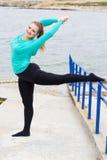 Ballerino di balletto che fa allungamento vicino al mare Fotografie Stock