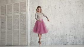 Ballerino di balletto che fila sulle sue dita del piede in scarpe di Pointe e tutu classico la ballerina balla il balletto classi video d archivio