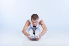 Ballerino di balletto che si siede sul pavimento e sull'allungamento. Immagini Stock