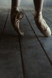 Ballerino di balletto che sta sulle punte dei piedi e sull'allungamento Fotografia Stock