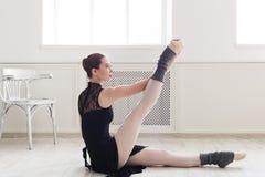 Ballerino di balletto classico che allunga nel corso di formazione bianco Fotografie Stock Libere da Diritti