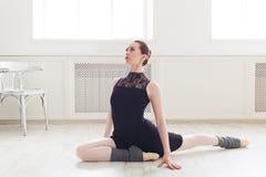 Ballerino di balletto classico che allunga nel corso di formazione bianco Fotografia Stock Libera da Diritti