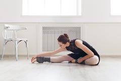 Ballerino di balletto classico che allunga nel corso di formazione bianco Immagini Stock