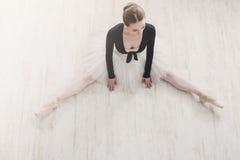 Ballerino di balletto classico nel raccolto di spaccatura, vista superiore Immagini Stock Libere da Diritti