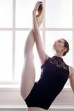 Ballerino di balletto classico nella spaccatura che allunga, ritratto Fotografia Stock