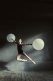 Ballerino di balletto competente che realizza PA ballante difficile Fotografie Stock Libere da Diritti