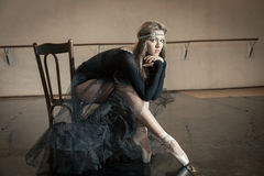 Ballerino di balletto contemporaneo su una sedia di legno su una ripetizione immagini stock libere da diritti
