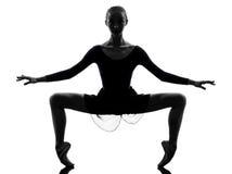 Ballerino di balletto della ballerina della giovane donna che allunga guerra Immagini Stock Libere da Diritti