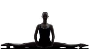 Ballerino di balletto della ballerina della giovane donna che allunga guerra Fotografie Stock
