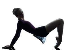 Ballerino di balletto della ballerina della giovane donna che allunga scaldandosi silho Fotografia Stock