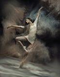 Ballerino di balletto di dancing con polvere nei precedenti Fotografia Stock Libera da Diritti