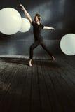 Ballerino di balletto di talento che agisce nello studio decorato Immagine Stock