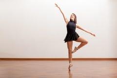 Ballerino di balletto felice in uno studio Immagine Stock