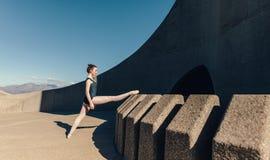Ballerino di balletto femminile che si scalda prima della pratica Fotografia Stock Libera da Diritti