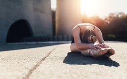 Ballerino di balletto femminile che si scalda prima della pratica Fotografie Stock Libere da Diritti