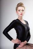Ballerino di balletto moderno della donna di stile del ritratto su gray Fotografia Stock Libera da Diritti
