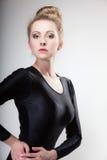 Ballerino di balletto moderno della donna di stile del ritratto su gray Immagine Stock