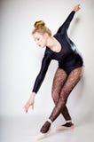 Ballerino di balletto moderno della donna di stile integrale su gray Fotografia Stock