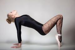 Ballerino di balletto moderno della donna di stile integrale su gray Immagini Stock
