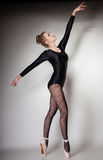 Ballerino di balletto moderno della donna di stile integrale su gray Immagine Stock Libera da Diritti