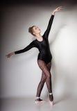 Ballerino di balletto moderno della donna di stile integrale su gray Immagine Stock