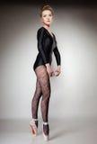 Ballerino di balletto moderno della donna di stile integrale su gray Fotografia Stock Libera da Diritti