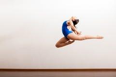 Ballerino di balletto su nell'aria Fotografia Stock
