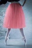Ballerino di balletto sui pointes nella seconda posizione immagine stock libera da diritti