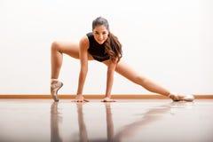 Ballerino di balletto sveglio in uno studio Fotografie Stock Libere da Diritti