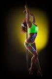 Ballerino di discoteca giovane appassionato che posa con il pilone fotografia stock libera da diritti