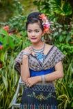 Ballerino di nordest tailandese di Phutai con il costume tradizionale Immagini Stock
