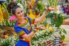 Ballerino di nordest tailandese di Phutai con il costume tradizionale Fotografia Stock