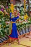 Ballerino di nordest tailandese di Phutai con il costume tradizionale Immagine Stock
