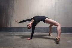 Ballerino di talento che fa posizione del ponte Concetto di sport immagini stock